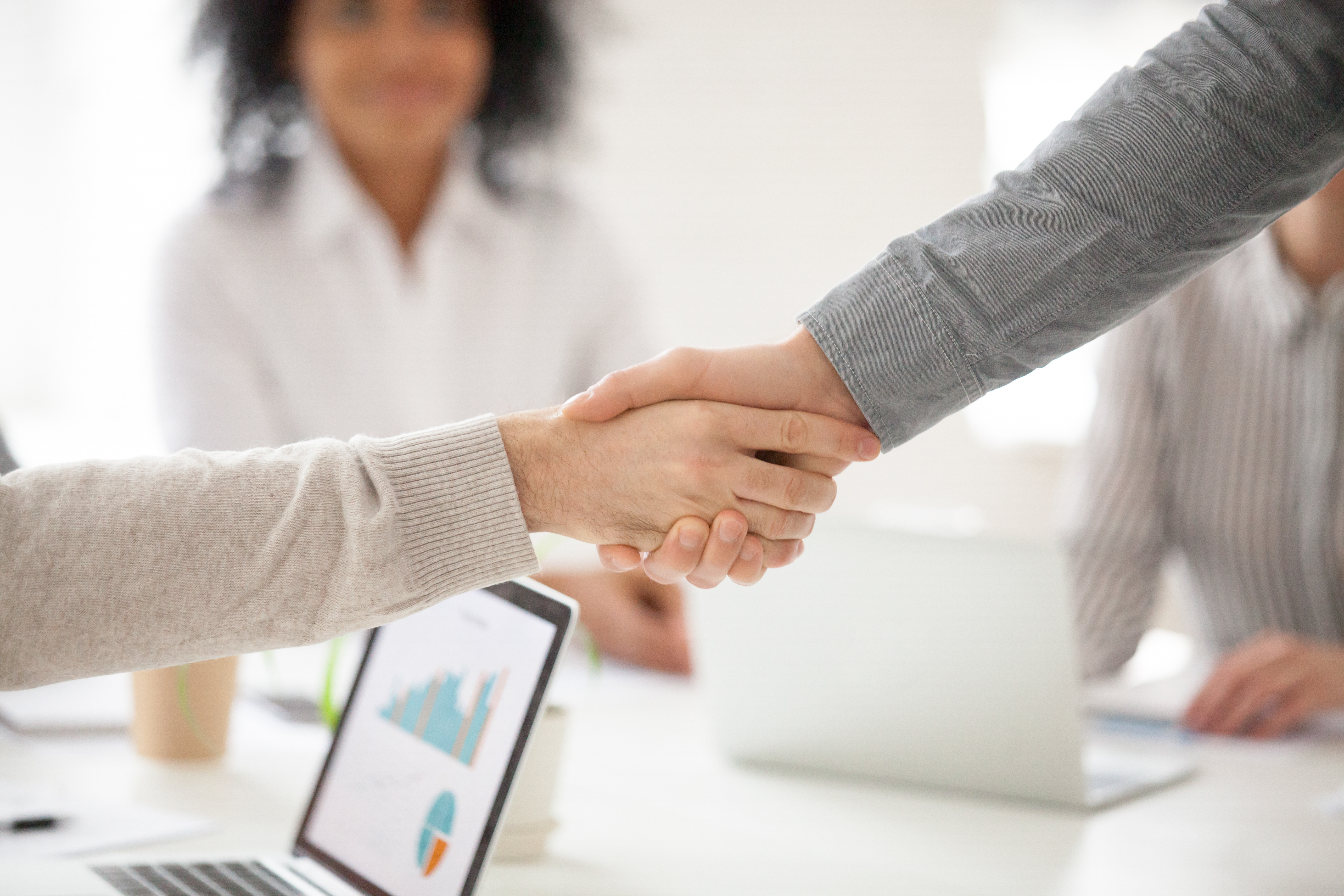 suas pessoas de negócio apertando a mão