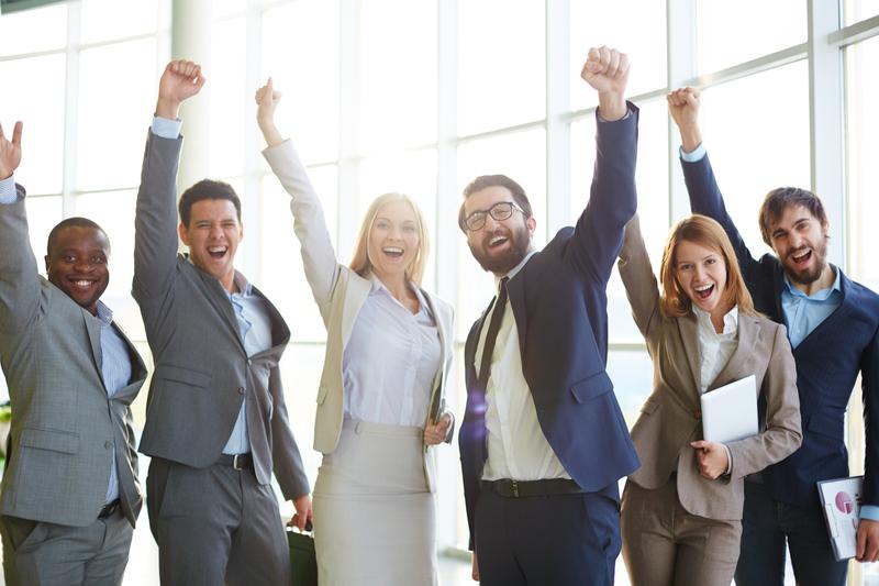 Grupo de executivos comemorando uma meta alcançada