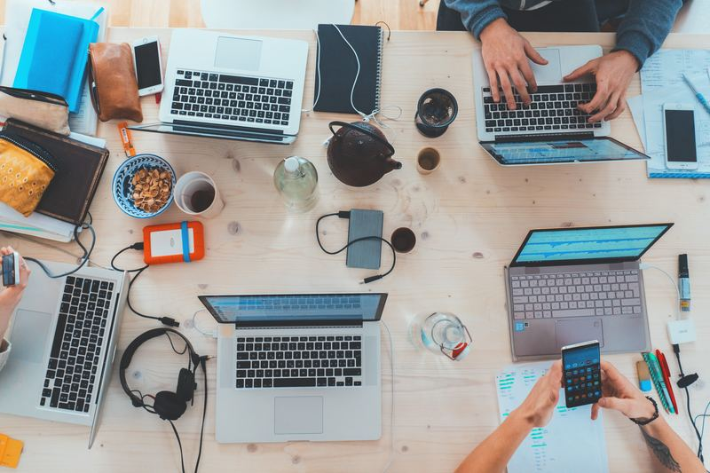 alunos conectados online utilizando um marketplace
