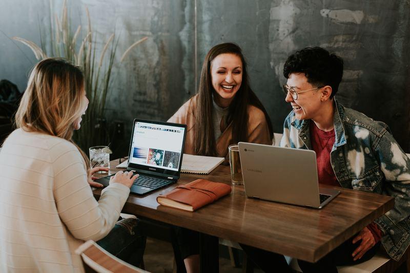 estudantes online utilizando ferramentas como o Quero Bolsa