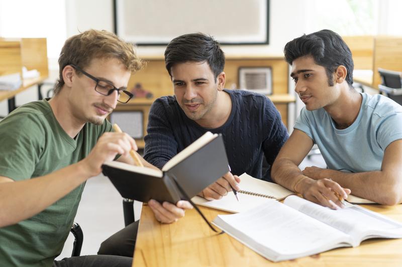 três homens jovens aprendendo em um conceito de metodologia ativa