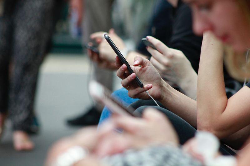 alunos usando redes sociais para interagirem com as instituições