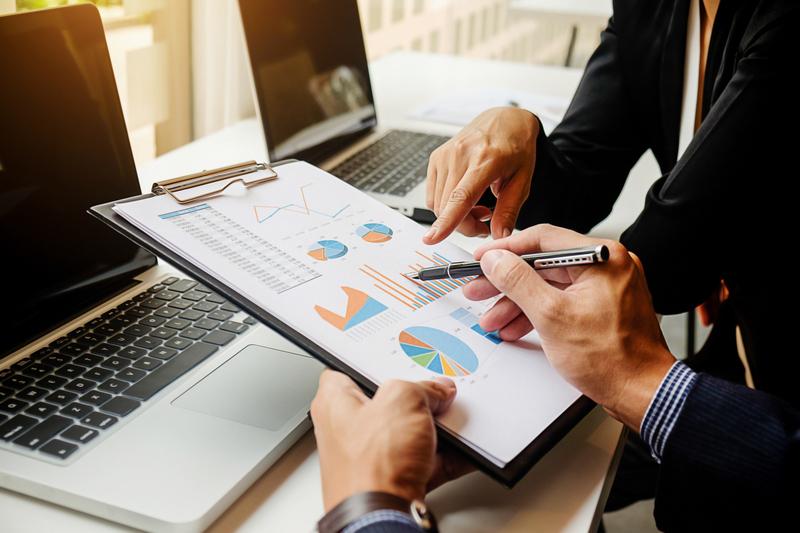 gestores educacionais analisam resultados de um sistema de gerenciamento acadêmico