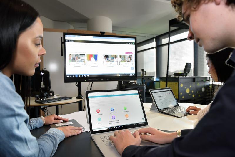 alunos empenhados em desenvolver atividades em sala de aula através da tecnologia
