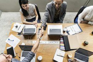 Grupo de pessoas investindo em cursos tecnológicos