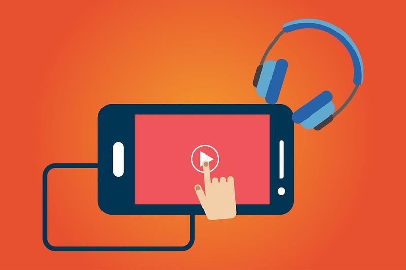 ilustração predominantemente na cor laranja com uma mão que dá um play em um vídeo