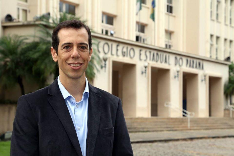 Renato Feder posa em frente ao Colégio Estadual do Paraná